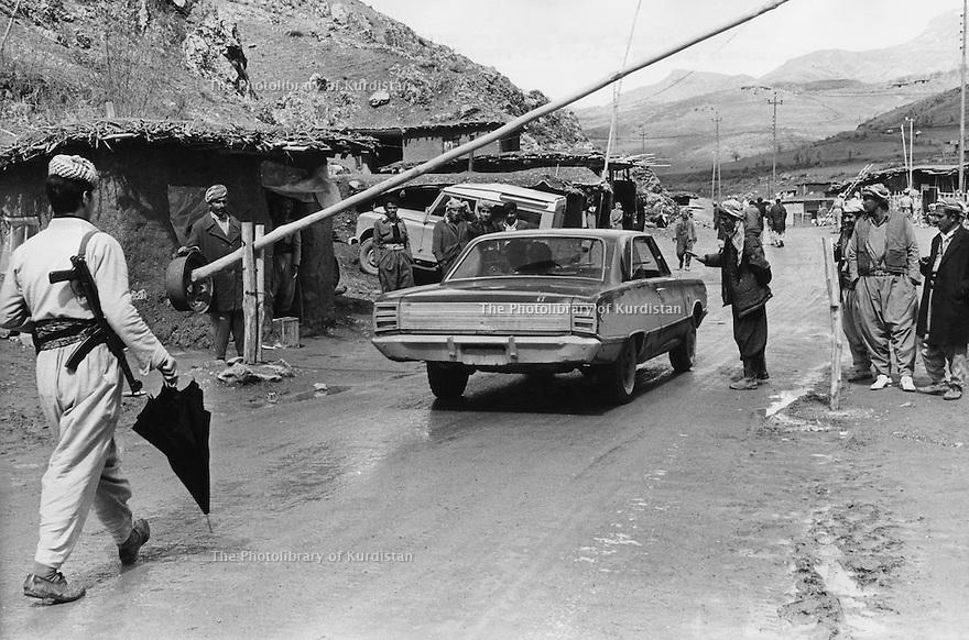 Iraq 1974 <br /> The resumption of hostilities, check point in Nawpurdan on the road to the Iranian border   <br /> Irak 1974 <br /> La reprise de la lutte armée, un check point a Nawpurdan pres de la frontiere iranienne