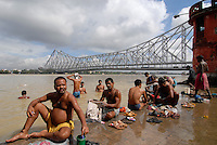 "Asien Suedasien Indien Westbengalen Megacity Kalkutta, Howrah Bruecke auch Rabindra Setu Bruecke ueber den Fluss Hooghli , Hindus beim Morgenbad oder rituellen Bad  - Architektur Bruecken Religion xagndaz | .South asia India Westbengal Calcutta Kolkatta, Howrah bridge and Hooghli river , Hindus take holy bath - Megacities Hinduism Hindu religion .| [ copyright (c) Joerg Boethling / agenda , Veroeffentlichung nur gegen Honorar und Belegexemplar an / publication only with royalties and copy to:  agenda PG   Rothestr. 66   Germany D-22765 Hamburg   ph. ++49 40 391 907 14   e-mail: boethling@agenda-fototext.de   www.agenda-fototext.de   Bank: Hamburger Sparkasse  BLZ 200 505 50  Kto. 1281 120 178   IBAN: DE96 2005 0550 1281 1201 78   BIC: ""HASPDEHH"" ,  WEITERE MOTIVE ZU DIESEM THEMA SIND VORHANDEN!! MORE PICTURES ON THIS SUBJECT AVAILABLE!!  ] [#0,26,121#]"