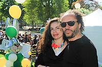 YAEL NAIM ,DAVID DONATIEN SON MARI - CHASSE AUX OEUFS DANS LE JARDIN DES CHAMPS-ELYSEES - PARIS, FRANCE - 12/04/2017