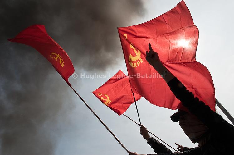 Des manifestants kurdes brandissent des drapeaux du MLKP (Marxist Leninist Communist Party) sur le Pont de l'Europe ou brule une barricade, durant la manifestation du 4 avril 2009 a Strasbourg contre le sommet de l'OTAN..Credit;Hughes Leglise-Bataille/Julien Muguet/face to face