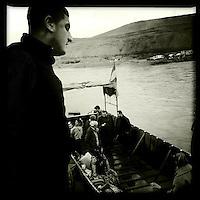 Grenzuebergang zwischen der Autonomen Region Kurdistan Irak und der Kurden-Region Rojava in Syrien. In Rojava wird der Grenzuebergang von der YPD kontrolliert, waehrend auf irakischer Seite die Peschmerga Menschen aus Rojava nur nach stundenlangen Kontrollen und Schikanen passieren lassen.<br /> Im Bild: Die Menschen muessen in kleinen Lastkaehnen den Grenzfluss Tigris ueberqueren.<br /> 13.12.2014, Autonome Kurdische Region Irak<br /> Copyright: Christian-Ditsch.de<br /> [Inhaltsveraendernde Manipulation des Fotos nur nach ausdruecklicher Genehmigung des Fotografen. Vereinbarungen ueber Abtretung von Persoenlichkeitsrechten/Model Release der abgebildeten Person/Personen liegen nicht vor. NO MODEL RELEASE! Nur fuer Redaktionelle Zwecke. Don't publish without copyright Christian-Ditsch.de, Veroeffentlichung nur mit Fotografennennung, sowie gegen Honorar, MwSt. und Beleg. Konto: I N G - D i B a, IBAN DE58500105175400192269, BIC INGDDEFFXXX, Kontakt: post@christian-ditsch.de<br /> Bei der Bearbeitung der Dateiinformationen darf die Urheberkennzeichnung in den EXIF- und  IPTC-Daten nicht entfernt werden, diese sind in digitalen Medien nach §95c UrhG rechtlich geschuetzt. Der Urhebervermerk wird gemaess §13 UrhG verlangt.]