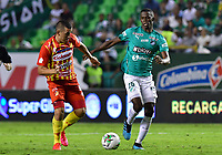 PALMIRA - COLOMBIA, 06-03-2020: Andres Colorado del Cali disputa el balón con Camilo Mena del Pereira durante partido entre Deportivo Cali y Deportivo Pereira por la fecha 8 de la Liga BetPlay DIMAYOR I 2020 jugado en el estadio Deportivo Cali de la ciudad de Palmira. / Andres Colorado of Cali vies for the ball with Camilo Mena of Pereira during match between Deportivo Cali and Deportivo Pereira for the date 8 as part of BetPlay DIMAYOR League I 2020 played at Deportivo Cali stadium in Palmira city. Photo: VizzorImage / Nelson Rios / Cont