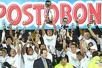 BOGOTÁ -COLOMBIA, 17-07-2013.  Macnelly Torres  jugador del Atlético Nacional  levanta el trofeo de campeones de la Liga Postobón ,  estadio Nemesio Camacho El Campín de la capital / Macnelly captain of Atletico Nacional Torres lifts the trophy Postobón League champions, Nemesio Camacho El Campin stadium in the capital <br /> . Photo: VizzorImage/ Felipe Caicedo/ STAFF