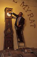 Europe/France/Aquitaine/33/Gironde/Sauternais/Barsac: château de Myrat (AOC Sauternes) - Monsieur Xavier de Pontac dans les chais remonte l'horloge [Non destiné à un usage publicitaire - Not intended for an advertising use]