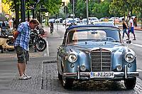 Automovel Mercedes na rua em Berlin. Alemanha. 2011. Foto de Juca Martins.
