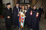CESARA BUONAMICI CON LE GUARDIE REALI DEL PANTHEON<br /> IN OCCASIONE DELA VISITA AL PANTHEON DEI SAVOIA ROMA 2007