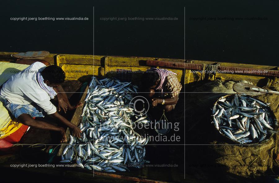 INDIA Andaman Island, Port Blair, fishermen with catch in boat in harbour /   INDIEN, Andamanen, Port Blair, <br /> Fischer im Fischerboot