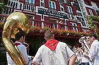 Europe/France/Aquitaine/64/Pyrénées-Atlantiques/Pays-Basque/Espelette: Fanfare au village devant un hôtel resataurant, les piments d' Espelette sèchent à la façade del l' Hôtel-Restaurant Euzkadi