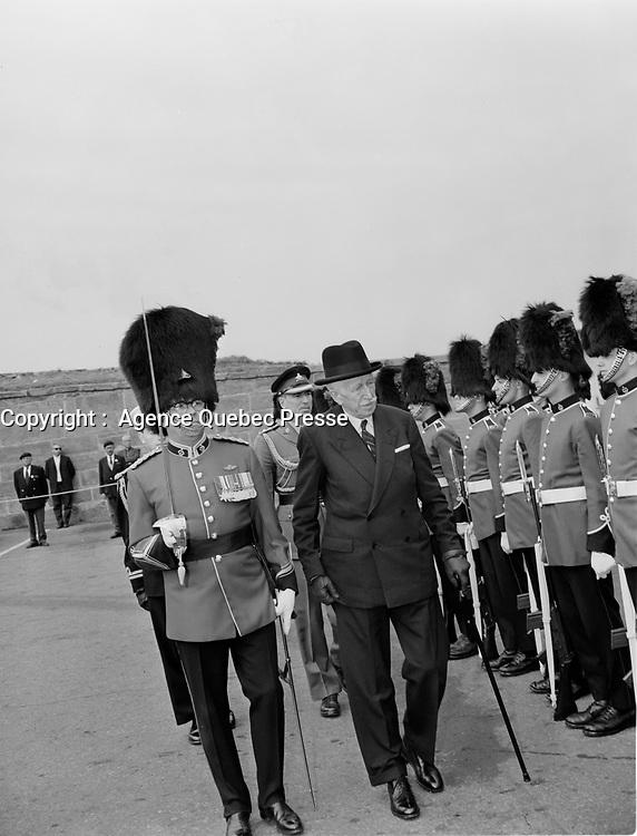 ARCHIVE -<br /> Le General Georges-Phileas Vanier visite la citadelle de Quebec, date inconnue entre le 23 et le 29 Septembre 1963<br /> <br /> <br /> Photographe :  Photo Moderne <br /> - Agence Quebec Presse
