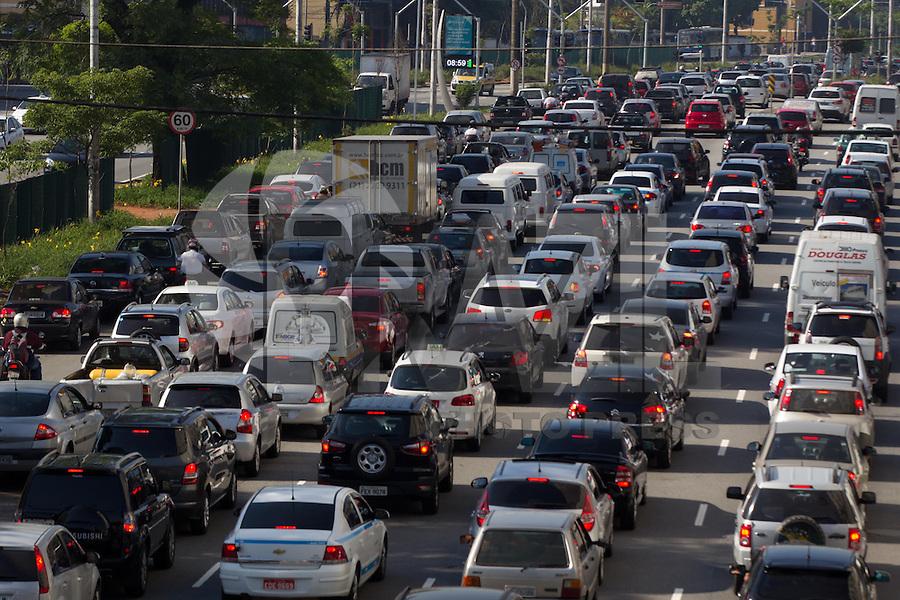 SAO PAULO, SP, 11/11/2013, TRANSITO. A Av Tiradentes no bairro do Bom Retiro,  apresenta transito intenso na direcao do centro de Sao Paulo na manha dessa segunda-feira (11).LUIZ GUARNIERI/BRAZIL PHOTO PRESS.
