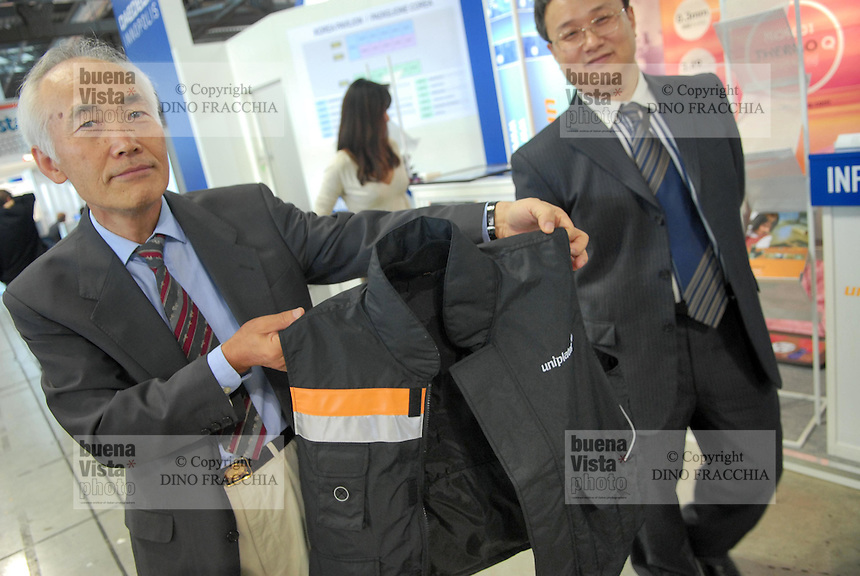- SMAU, international exibition of electronics, computer science and technological innovation;  stand of south Korean electronic industry; jacket with electric heating..- SMAU, salone internazionale dell'elettronica, informatica e innovazione tecnologica; stand  industria elettronica Sud Coreana; giacca con riscaldamento elettrico