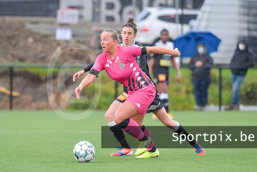 Megane Vos (20) of Sporting Charleroi and Justine Blave (22) of Eendracht Aalst pictured during a female soccer game between Sporting Charleroi and Eendracht Aalst on the 8th matchday in play off 2 of the 2020 - 2021 season of Belgian Scooore Womens Super League , tuesday 18 th of May 2021 in Marcinelle , Belgium . PHOTO SPORTPIX.BE | SPP | STIJN AUDOOREN
