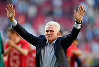 07.04.2018, Football 1. Bundesliga 2017/2018, 29.  match day, FC Augsburg - FC Bayern Muenchen, in WWK-Arena Augsburg. FC Bayern ist   dem 3:1 Sieg Germanr Football Meister 2018,   Schlusspfiff wird bei den Fans in Kurve gecelebrates, Trainer Jupp Heynckes (FC Bayern Muenchen) celebrates.   *** Local Caption *** © pixathlon<br /> <br /> Contact: +49-40-22 63 02 60 , info@pixathlon.de