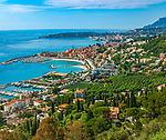 Frankreich, Provence-Alpes-Côte d'Azur, Menton: Blick ueber Menton mit Hafen, Altstadt, der Basilika Saint-Michel-Archange und weiter bis Roquebrune-Cap-Martin | France, Provence-Alpes-Côte d'Azur, Menton: view across Menton the harbour, old town with Basilica Saint-Michel-Archange towards  Roquebrune-Cap-Martin