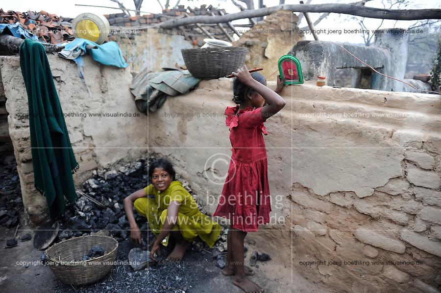 INDIA Jharkhand Dhanbad Jharia, children collect coal from coalfield to sell as coking coal on the market for the livelihood of her family, 8 years old girl Sonia and 11 year old Suman / INDIEN Jharia, Kinder sammeln Kohle am Rande eines Kohletagebaus zum Verkauf als Koks auf dem Markt , Maedchen Sonia 8 Jahre und Suman 11 Jahre, sie wohnen mit ihren Familien unmittelbar am BCCL Tagebau und sind von Umsiedlung bedroht