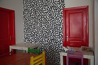 una stanza con opera di Keith Haring