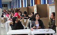 PASTO - COLOMBIA, 17-06-2018: Colombianos ejercen su derecho al voto durante la segunda vuelta de las elecciones presidenciales de Colombia 2018 hoy domingo 17 de junio de 2018. El candidato ganador gobernará por un periodo máximo de 4 años fijado entre el 7 de agosto de 2018 y el 7 de agosto de 2022. / Colombians exercise their right to vote during Colombia's second round of 2018 presidential election today Sunday, June 17, 2018. The winning candidate will govern for a maximum period of 4 years fixed between August 7, 2018 and August 7, 2022. Photo: VizzorImage / Leonardo Castro / Cont