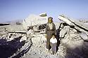 Irak 1991  Un homme et un enfant devant les ruines d'une mosquée de Kala Diza  Iraq 1991  A man with a child in front the ruins of a mosque in Kala Diza