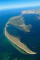 """Halbinsel  Wustrow:EUROPA, DEUTSCHLAND, MECKLENBURG- VORPOMMERN 29.06.2005 Halbinsel Wustrow. Naturschutzgebiet Gemäß Landesverordnung vom 13. Januar 1997 umfasst das Schutzgebiet den größten Teil (etwa zwei Drittel, ca. 670 ha) der Halbinsel Wustrow, einen Teil des Salzhaffs (rechts 300 ha) bis zur Wassertiefe von 2,5 m, die Wasserfläche der Kroy in der Bildmitte (300 ha), sowie Flachwasserbereiche der Ostsee bis zur 5 m-Wasserlinie! (590 ha). Es beginnt 4 km südwestlich des Ostseebades Rerik und liegt im Nordosten des Europäischen Vogelschutzgebietes """"Küstenlandschaft Wismar-Bucht"""" mit dem Naturschutzgebiet Insel Langenwerder. Die Gesamtgröße des NSG beträgt 1940 ha.  .Die Halbinsel Wustrow blieb durch die militärische Nutzung von anderen, heute raumgreifend vorhandenen Landschaftsveränderungen wie Eutrophierung, Küstenverbau und intensiver touristischer Nutzung verschont. Hervorzuheben ist die nahezu vollständig erhalten gebliebene ungestörte Küstendynamik im Übergangsbereich zwischen Ostsee, Festland und Haff.  Blickrichtung von Nordost  nach Suedwest. Ostsee, Meer, Wasser.Luftaufnahme, Luftbild,  Luftansicht."""