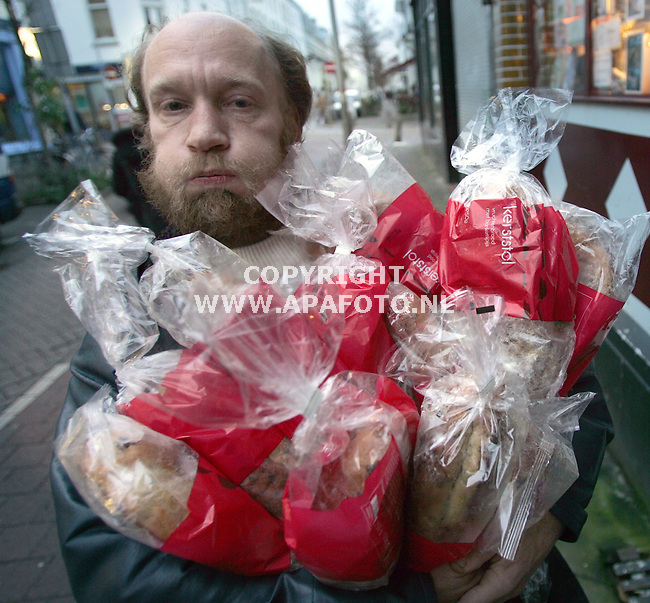 Arnhem, 221205<br /> Dakloze Anjon krijgt vanwege de kersdagen wel erg veel kerststollen...<br /> <br /> Foto Sjef Prins APA Foto