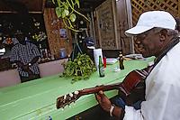 Iles Bahamas / New Providence et Paradise Island / Nassau: un pécheur bahamien joue de la guitare dans un restaurant de rue Marché de Potter's Cay sous le pont de Paradise Island