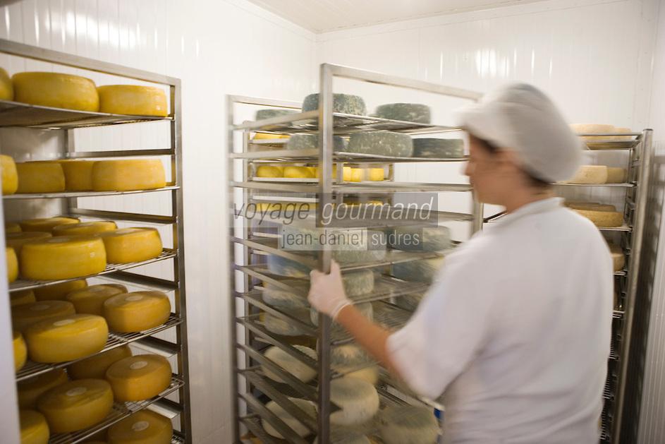 """Asie/Israël/Galilée/Rosh Pina/Safed: préaration des fromages à la laiterie de la ferme bio de l'Hotel Restaurant """"Mizpe Hayamim"""" créé par le docteur Yaros Yaroshlavsky dans les années 60"""