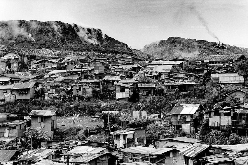Philippines. Luzon Region. Manila. Tondo area. Smokey mountain is a rubbish dump. Life on a garbage heap. Shantytown and dumpsite.  © 1992 Didier Ruef ..