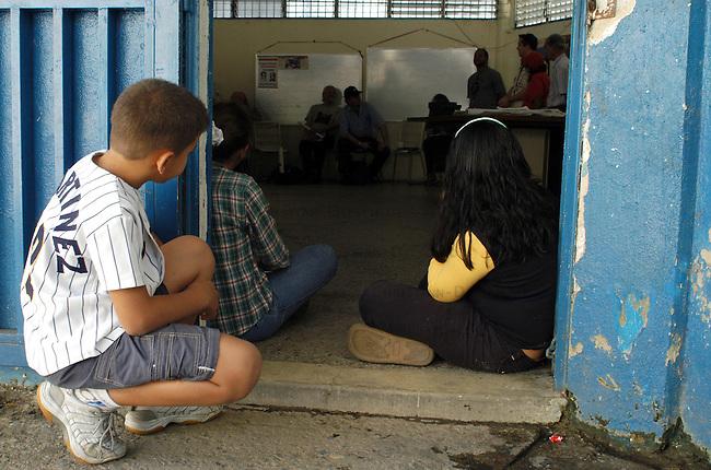Stadtansicht von Caracas<br /> Kinder beobachten eine politische Diskussion im Sozialen Zentrum im Armenviertel Pinto Salinas.<br /> 7.11.2004, Caracas / Venezuela<br /> Copyright: Christian-Ditsch.de<br /> [Inhaltsveraendernde Manipulation des Fotos nur nach ausdruecklicher Genehmigung des Fotografen. Vereinbarungen ueber Abtretung von Persoenlichkeitsrechten/Model Release der abgebildeten Person/Personen liegen nicht vor. NO MODEL RELEASE! Nur fuer Redaktionelle Zwecke. Don't publish without copyright Christian-Ditsch.de, Veroeffentlichung nur mit Fotografennennung, sowie gegen Honorar, MwSt. und Beleg. Konto: I N G - D i B a, IBAN DE58500105175400192269, BIC INGDDEFFXXX, Kontakt: post@christian-ditsch.de<br /> Bei der Bearbeitung der Dateiinformationen darf die Urheberkennzeichnung in den EXIF- und  IPTC-Daten nicht entfernt werden, diese sind in digitalen Medien nach §95c UrhG rechtlich geschuetzt. Der Urhebervermerk wird gemaess §13 UrhG verlangt.]