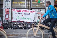 """Verdunkelung gegen Vertreibung.<br /> Aus Protest gegen steigende Mieten und Vertreibung protestierten am Mittwoch den 18. Oktober 2017 Gewerbetreibende in Berlin-Kreuzberg indem sie ihre Fenster verhuellten und verdunkelten.<br /> Laut Nachbarschaftsinitiativen versuchen Investoren und Immobilienbesitzer seit geraumer Zeit, aus dem attraktiven Kiez Profit zu schlagen. Immobilienfonds kaufen ganze Haeuserzeilen auf und kuendigen den dort ansaessigen Gewerbetreibenden. Die Folge sind gescheiterte Existenzen, Einjahresvertraege und steigende Mieten.<br /> Die Aktion war als """"Antwort"""" auf die """"Festival of Lights""""-Aktion der Stadt gedacht, bei der touristische Ziele im Dunkeln mit bunten Farben angestrahlt werden.<br /> 18.10.2017, Berlin<br /> Copyright: Christian-Ditsch.de<br /> [Inhaltsveraendernde Manipulation des Fotos nur nach ausdruecklicher Genehmigung des Fotografen. Vereinbarungen ueber Abtretung von Persoenlichkeitsrechten/Model Release der abgebildeten Person/Personen liegen nicht vor. NO MODEL RELEASE! Nur fuer Redaktionelle Zwecke. Don't publish without copyright Christian-Ditsch.de, Veroeffentlichung nur mit Fotografennennung, sowie gegen Honorar, MwSt. und Beleg. Konto: I N G - D i B a, IBAN DE58500105175400192269, BIC INGDDEFFXXX, Kontakt: post@christian-ditsch.de<br /> Bei der Bearbeitung der Dateiinformationen darf die Urheberkennzeichnung in den EXIF- und  IPTC-Daten nicht entfernt werden, diese sind in digitalen Medien nach §95c UrhG rechtlich geschuetzt. Der Urhebervermerk wird gemaess §13 UrhG verlangt.]"""