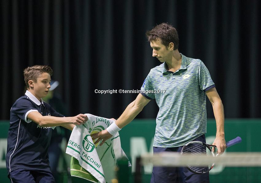 Rotterdam, Netherlands, 11 februari, 2017, ABNAMROWTT,  Qualyfying round,  Sergiy Stakhovsky (UKR) gets a zowel from a ballboy<br /> Photo: Henk Koster