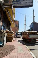 TURKEY, Cumayeri, hazelnut trader is buying hazelnuts from farmers after harvest / TUERKEI, Cumayeri, Haselnuss Haendler , Aufkauf von Haselnuessen von Bauern, Findik ist das tuerkische Wort fuer Haselnuss