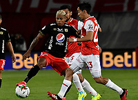 BOGOTA-COLOMBIA, 21-02-2020: Fabian Sambueza de Independiente Santa Fe y Yesus Cabrera de America de Cali disputan el balon durante partido de la fecha 6 entre Independiente Santa Fe y America de Cali, por la Liga BetPLay DIMAYOR I 2020, en el estadio Nemesio Camacho El Campin de la ciudad de Bogota. / Fabian Sambueza of Independiente Santa Fe and Yesus Cabrera of America de Cali vie for the ball during a match of the 6th date between Independiente Santa Fe and America de Cali, for the BetPlay DIMAYOR I Leguaje 2020 at the Nemesio Camacho El Campin Stadium in Bogota city. / Photo: VizzorImage / Luis Ramirez / Staff.