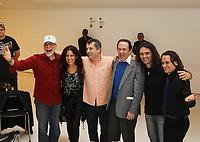 Sao Paulo (SP), 15/04/2020 - Arquivo Rubinho Barsotti - O baterista Rubinho Barsotti, fundador do Zimbo Trio, morreu aos 87 anos na madrugada desta quarta feira (15) no Rio de Janeiro. O musico nao resistiu as complicacoes de uma operacao no femur, apos queda na casa de repouso onde morava. O enterro aconteceu na manha desta quarta-feira no Cemiterio do Araca em Sao Paulo. FOTO DE ARQUIVO - O baterista Rubinho Barsotti recebe premio das maos da baterista Vera Figueiredo, durante a cerimonia do 13º Batuka Brasil International Drum Fest que aconteceu em 30/07/2011 no Auditorio Ibirapuera, zona sul da capital. (Foto: Ale Frata/Codigo 19/Codigo 19)