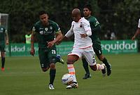 BOGOTÁ -COLOMBIA, 25-02-2018:Jhon Alex Cano (Izq) de La Equidad disputa el balón con Nicolas Giraldo (Der.) del  Envigado durante partido por la fecha 5 de la Liga Águila I 2018 jugado en el estadio Metropolitano de Techo de la ciudad de Bogotá./ Jhon Alex Cano (L) player of La Equidad fights for the ball with Nicolas Giraldo (R) player of Envigado during the match for the date 5 of the Aguila League I 2018 played at Metropolitano de Techo stadium in Bogotá city. Photo: VizzorImage/ Felipe Caicedo / Staff