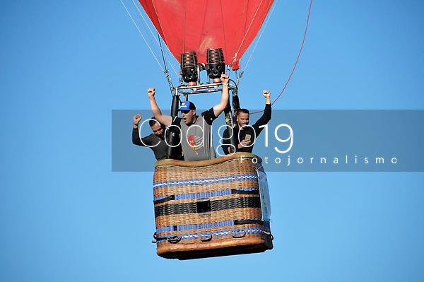 TORRES, RS, 02.05.2019: BALONISMO- TORRES - O céu fica mais colorido, no sul do país, com a participação de 56 balões competindo durante a primeira prova, no 31. Festival Internacional de Balonismo, na Arena de Balões, em Torres, nesta quinta-feira (02).  (Foto: Donaldo Hadlich/Codigo19)