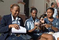 Junge Frauen essen Eis  in Camagüey, Cuba