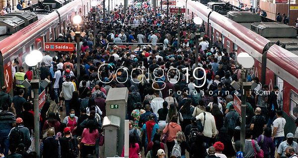 SÃO PAULO, SP, 20.09.2021: Movimentação CPTM  SP - Intensa a movimentação de passageiros nas plataformas na estação Luz da CPTM na manhã desta segunda - feira (20) , na região central cidade de São Paulo (SP) .
