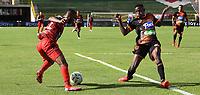 TUNJA - COLOMBIA, 11-09-2021:  Jhn Stiwar Garcia de Patriotas Boyacá disputa el balón con Yeferson Rodallega  del Envigado durante partido por la fecha 9 entre Patriotas Boyacá y Envigado  como parte de la Liga BetPlay DIMAYOR II 2021 jugado en el estadio La Independencia de la ciudad de Tunja. / Jhn Stiwar Garcia of Patriotas Boyaca vies for the ball with  Yeferson Rodallega player of Envigado  during match for the date 9 between Patriotas Boyaca and Envigado  as a part BetPlay DIMAYOR League II 2021 played at La Independencia stadium in Tunja city. Photo: VizzorImage / Macgiver Baron / Contribuidor