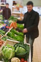 Europe/France/Bretagne/29/Finistère/Brest: Yvon Morvan restaurant: L'Armen fait son marché - sur l'étal des légumes