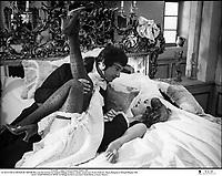"""Prod DB © Athos - Franco London - Rialto / DR<br /> LE PLUS VIEUX METIER DU MONDE film a sketches de Jean-Luc Godard (Anticipation), Philippe de Broca (Mademoiselle Mimi), Claude Autant-Lara (Aujourd'hui) Franco Indovina (L'Ere prÈhistorique), Mauro Bolognini (Nuits Romaines) et Michael Pfleghar (La Belle Epoque) 1966 FRA./ALL./ITA.<br /> sketch """"MADEMOISELLE MIMI"""" de Philippe de Broca avec Jean-Claude Brialy et Jeanne Moreau<br /> premier titre: L'AMOUR ¿ TRAVERS LES AGES"""