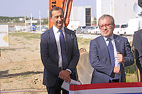 - Milano, cantiere per  l'Esposizione Mondiale Expo 2015; cerimonia per l'inizio dei lavori di costruzione del padiglione USA ; Giuseppe Sala, Commissario Unico per l'Expo, e Roberto Maroni, presidente della Regione Lombardia.<br />