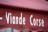 France/2B/Haute Corse/Nebbio/Saint-Florent: détail devanture d'une boucherie-Viande Corse- place des Portes