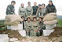 Iraq 2002.In Shinerwe, women peshmergas in front a shelter.Irak 2002.A Shinerwe, femmes peshmergas posant devant un abri