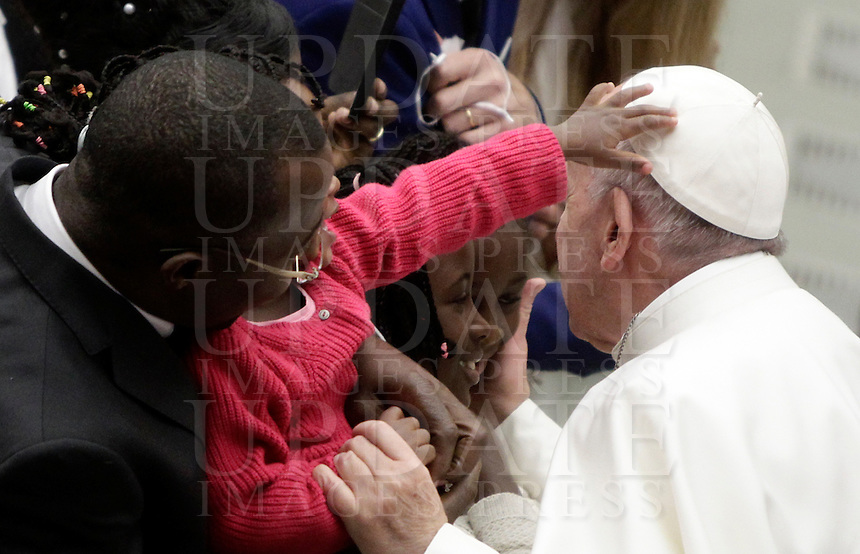 Una bambina tocca la papalina di Papa Francesco al termine dell'Udienza Generale del mercoledi' in aula Paolo VI, Citta' del Vaticano, 4 gennaio 2017.<br /> A child touches Pope Francis' skullcap at the end of the weekly general audience in Paul VI Hall at the Vaticanon January 4, 2017.<br /> UPDATE IMAGES PRESS/Isabella Bonotto<br /> <br /> STRICTLY ONLY FOR EDITORIAL USE