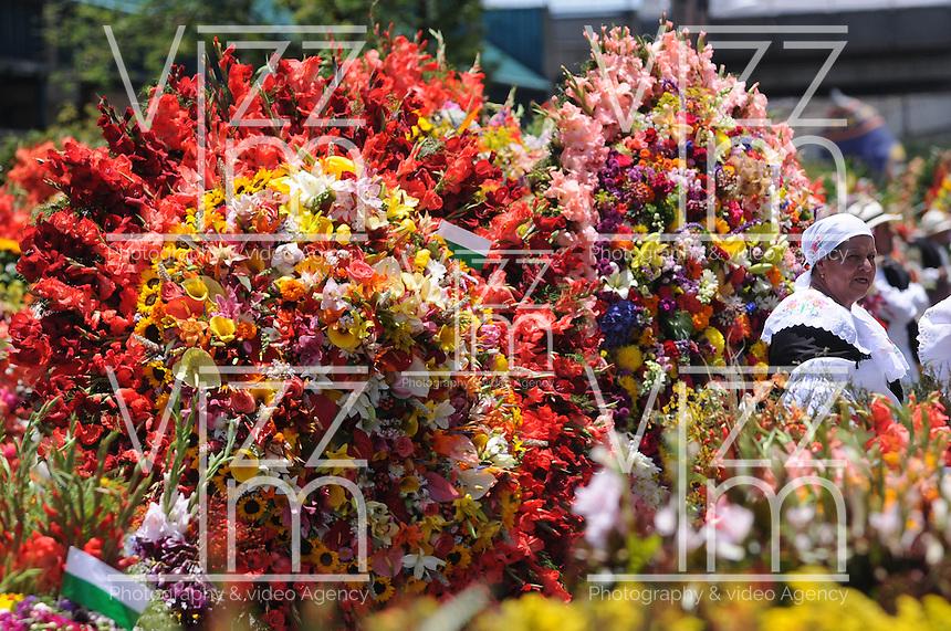 MEDELLÍN -COLOMBIA-11-08-2013. Aspecto del desfile de sielleteros número 56 realizado por las calles de la ciudad como parte de la Feria de las Flores 2013 en Medellín, Colombia./ Aspect of the silleteros parade number 56  made  by the city streets as a part of the Flower Fair 2013 in  Medellin, Colombia.  Photo:VizzorImage/Luis Ríos/STR