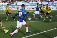Pass von Sidney Sam (SV Darmstadt 98) auf Terrence Boyd (SV Darmstadt 98), der von Sokratis (Borussia Dortmund) gehalten wird, aber es gibt keinen Elfmeter - 11.02.2017: SV Darmstadt 98 vs. Borussia Dortmund, Johnny Heimes Stadion am Boellenfalltor