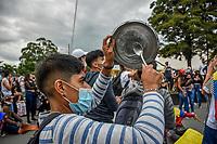ARMENIA - COLOMBIA, 28-04-2021: Manifestante golpea cacerola en las calles de la ciudad de Armenia durante la jornada del Paro nacional en Colombia hoy, 28 abril de 2021, para protestar por la reforma tributaria que adelanta el gobierno de Ivan Duque además de la precaria situación social y económica que vive Colombia. El paro fue convocado por sindicatos, organizaciones sociales, estudiantes y la oposición. / Protester hits saucepan through the streets of the city of Armenia during the day of the national strike in Colombia today, April 28, 2021, to protest the tax reform carried out by the government of Ivan Duque in addition to the precarious social and economic situation that Colombia is experiencing. The strike was called by unions, social organizations, students and the opposition in Colombia. Photo: VizzorImage / Santiago Castro / Cont