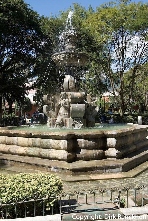Guatemala, Brunnen Fuente de las Sirenas auf der Plaza Mayor  in Antigua, erbaut 1739 von Diego de Porres
