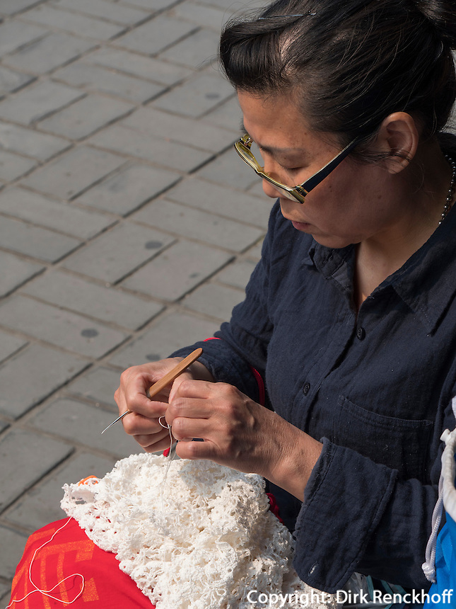 Handarbeit im Himmelstempel Park, Peking, China, Asien<br /> needle work in the temple of Heaven park, Beijing, China, Asia
