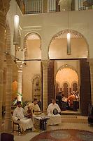 Afrique/Afrique du Nord/Maroc/Rabat: Restaurant Ziryab dans un ancien palais de la médina la salle et les musiciens